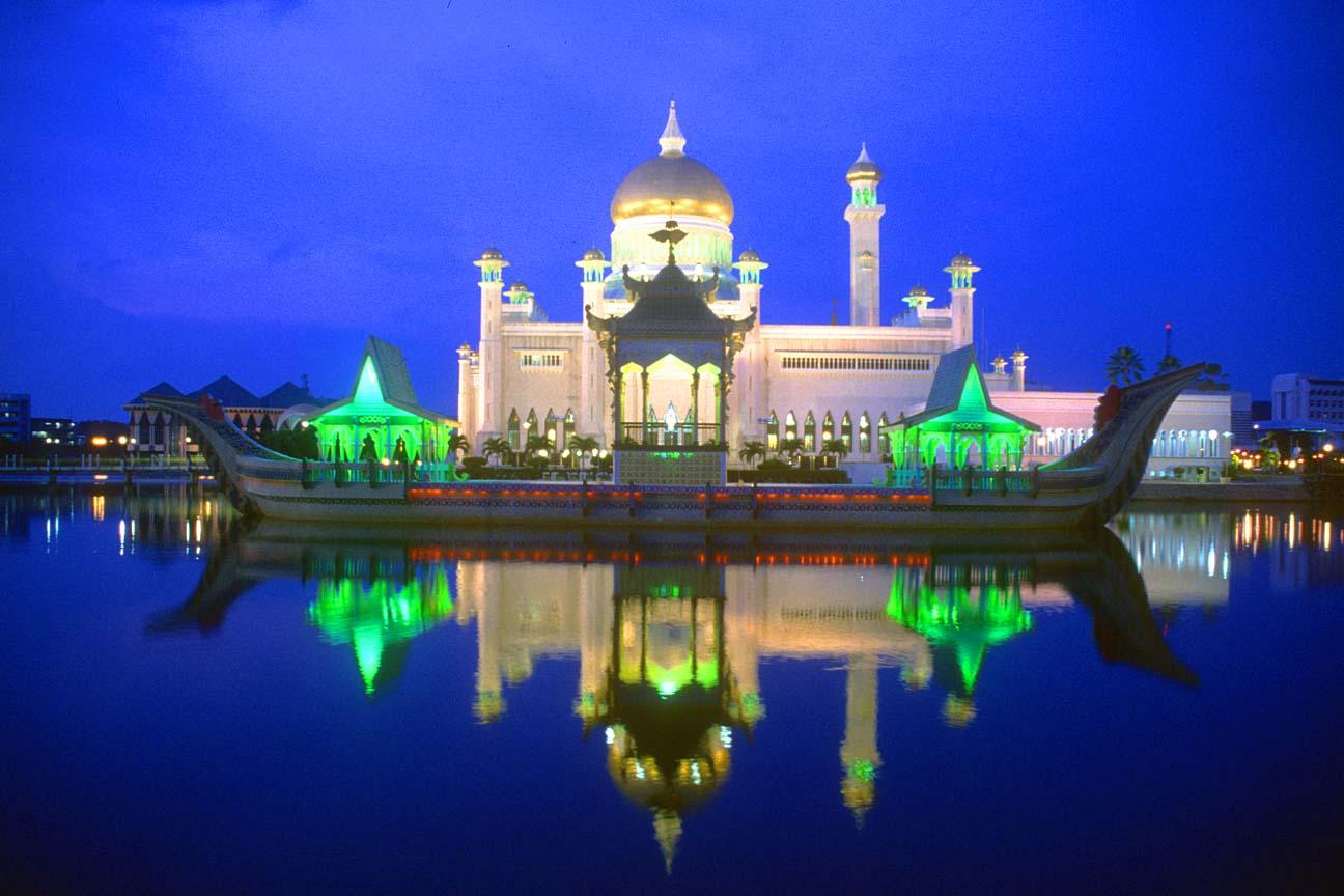 BWN20Brunei20Bandar20Seri20Begawan20Omar20Ali20Saifuddien20Mosque20with20stone20boat20and20lagoon20by20night20b - Beautiful Mosque